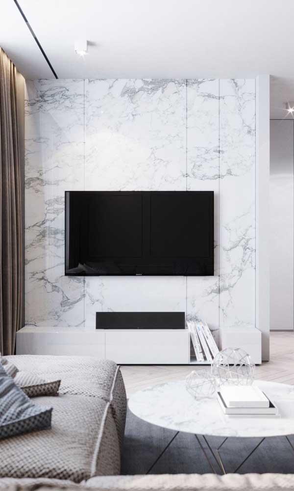 Como esse contraste entre TV preta e painel branco.