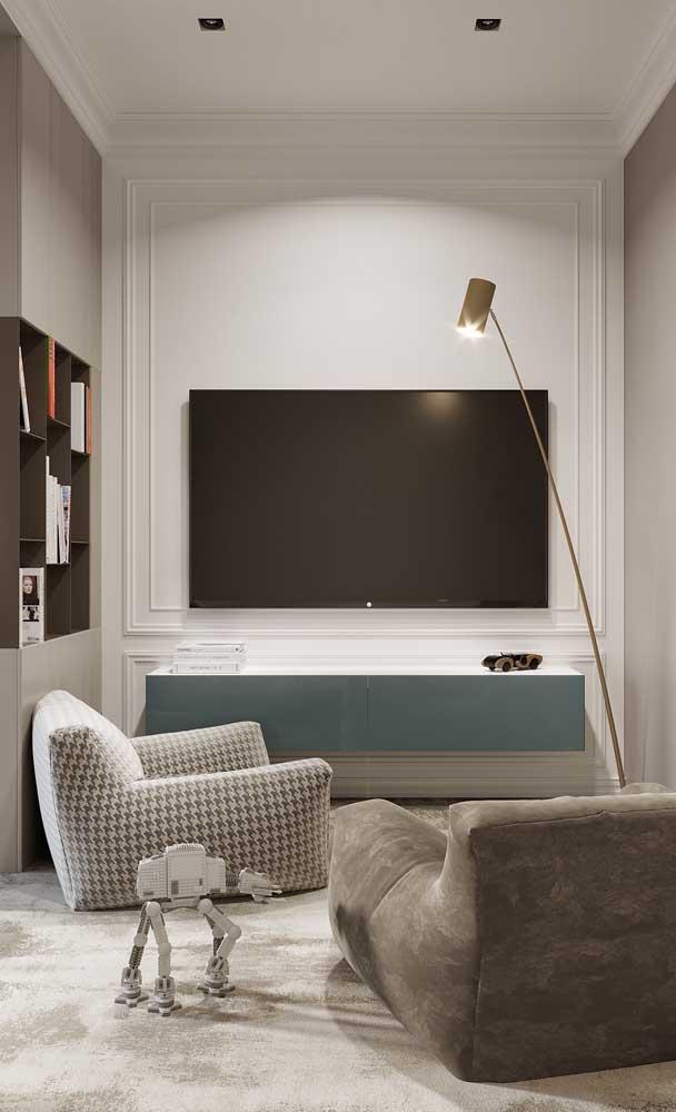 A sala de TV pequena, mas bastante aconchegante.