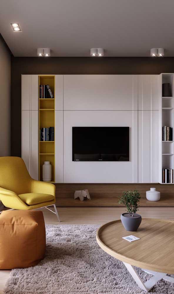 O painel da TV pode ser também uma estante para organizar os objetos decorativos.