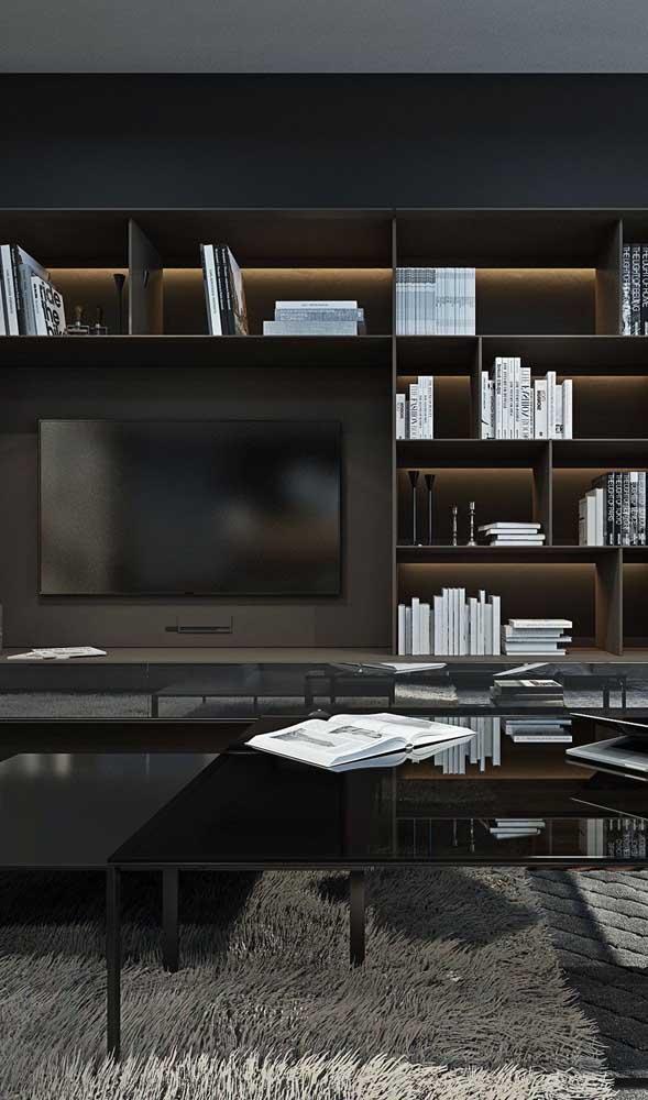 Você pode combinar sala de TV com biblioteca e fazer isso no seu escritório.