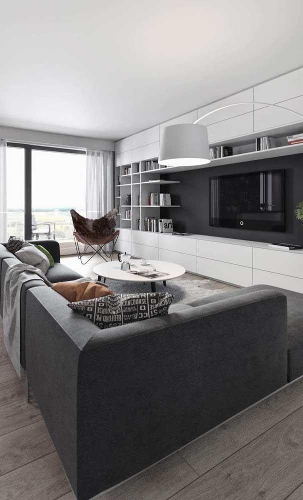 O piso de madeira contribui ainda mais para que a sala de TV fique aconchegante.