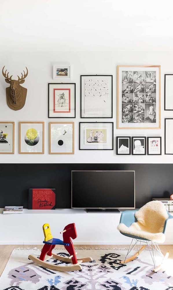 Se a sala de TV for simples, você pode decorar com quadros especiais.