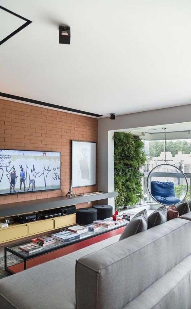 Deixe a sala de TV mais confortável para receber seus convidados.