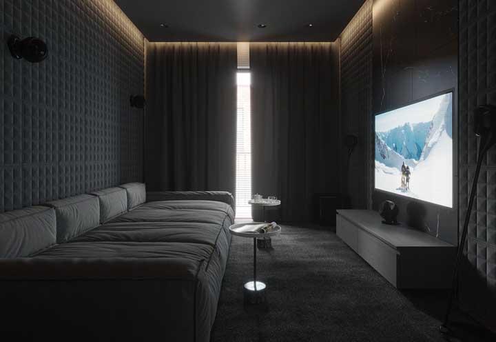 Uma boa cortina ajuda a equilibrar a iluminação da sala de TV.