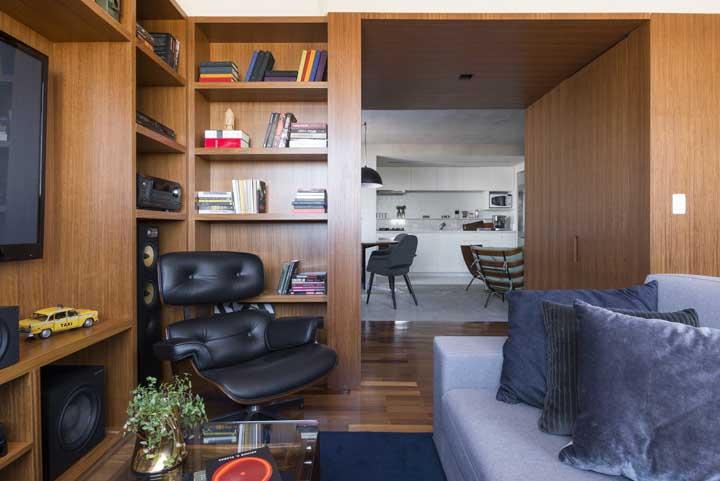 Você pode fazer uma bela decoração com móveis e paredes de madeira.