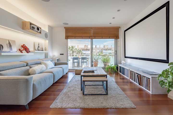 Olha esse telão perfeito para quem deseja uma sala de TV no estilo cinema.