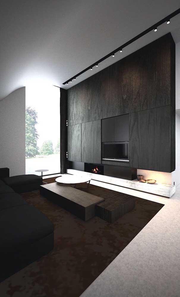 A sala de TV com painel fica muito elegante e charmosa.