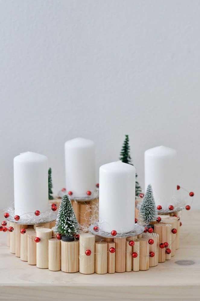 Use e abuse da criatividade para fazer arranjos de natal com velas.
