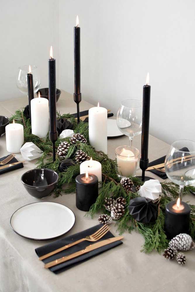 Quem disse que não dá para fazer uma decoração de natal com as cores preto e branco?