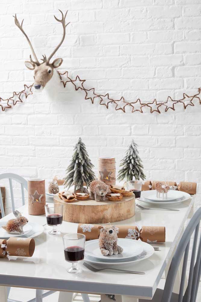 Olha como essa mesa foi decorada com arranjos de natal combinando entre si.