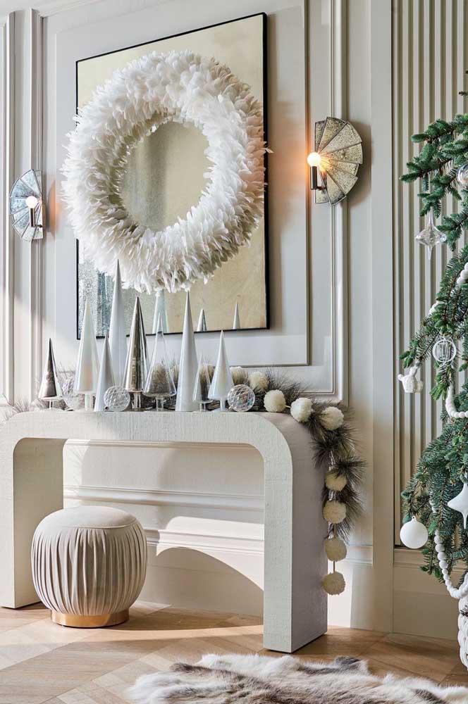 O branco e o dourado são cores que predominam na decoração natalina.