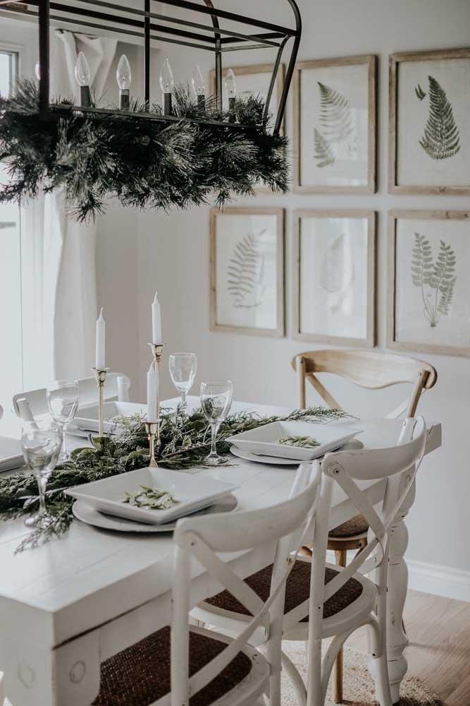 Uma boa opção é fazer arranjos de natal com folhas, pois não há nada mais natalino do que isso.
