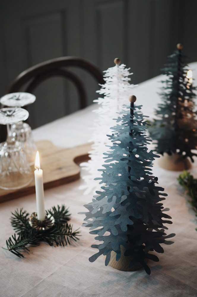 Já pensou em fazer mini árvores de natal de papel para enfeitar a mesa?