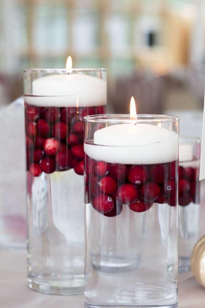 Junte vela, fruta e água para fazer um arranjo de natal diferente.