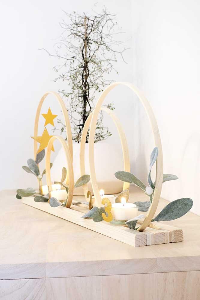 O que acha de usar um item de madeira e acrescentar velas para decorar?