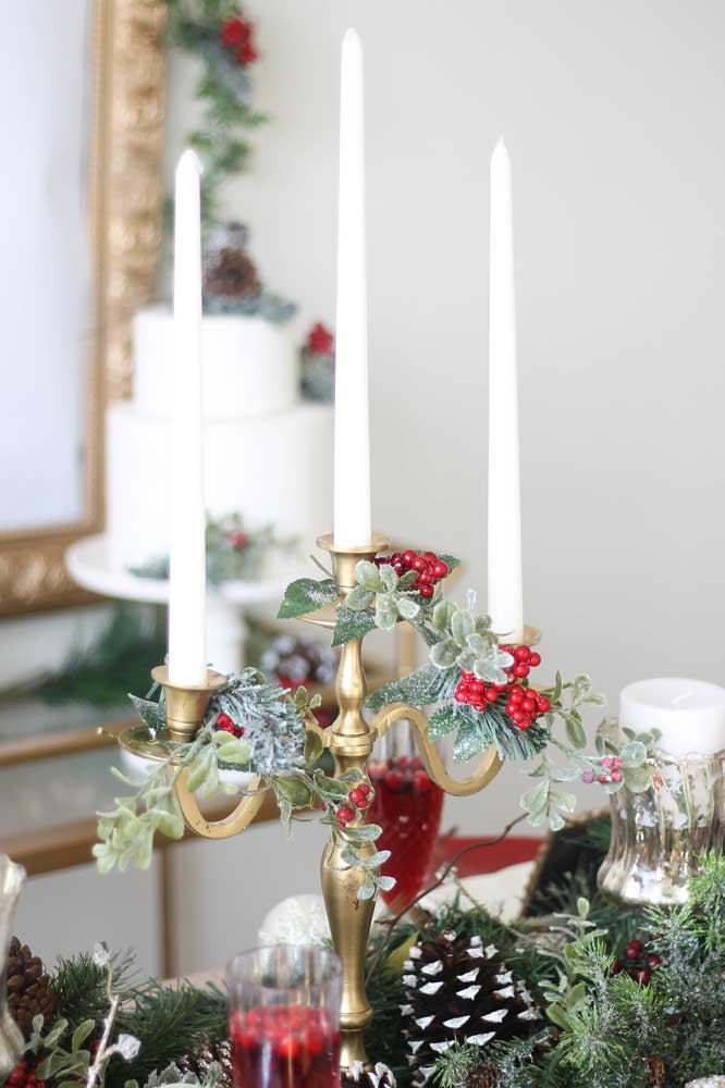 Um belo castiçal de velas pode ser o arranjo de natal para sua mesa.