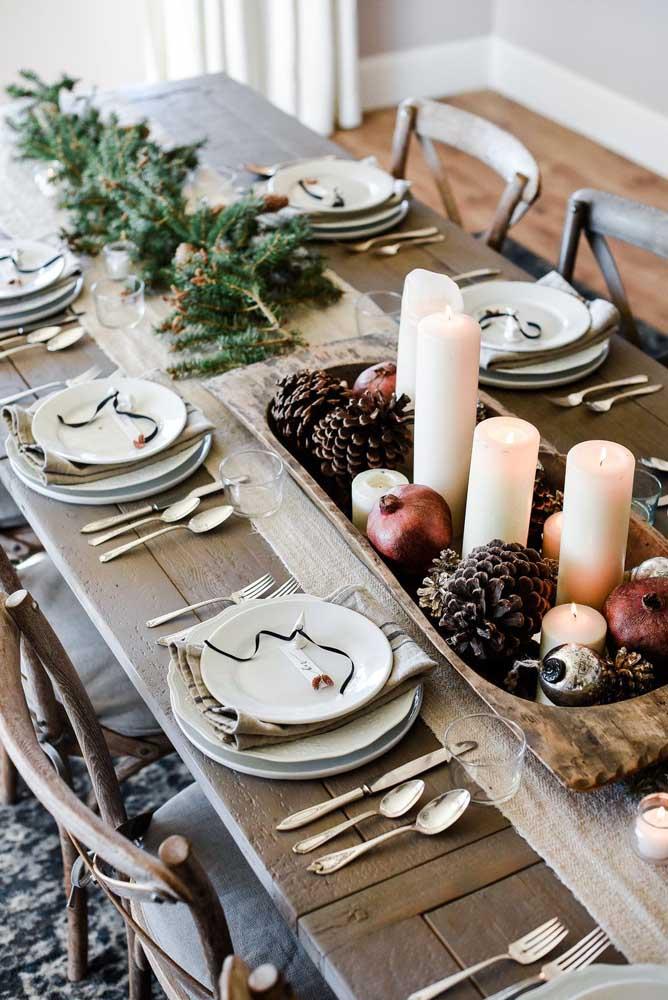 Os arranjos de natal com pinhas são sempre usados para decorar a mesa de natal.