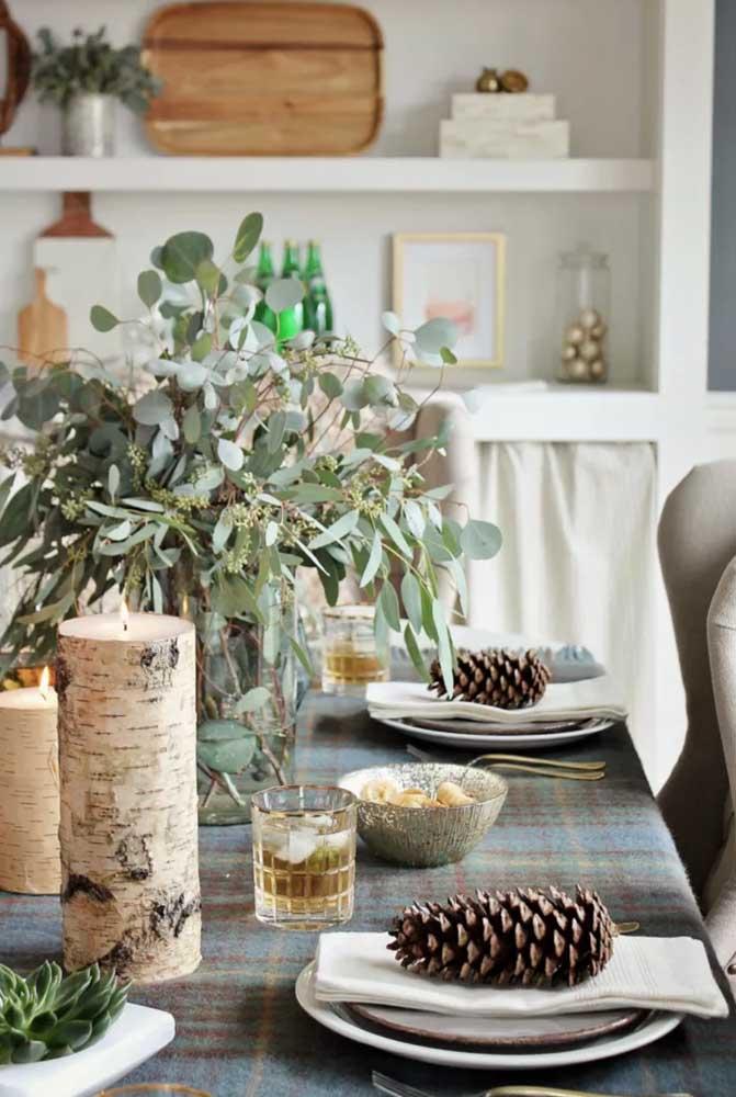 Mais uma opção de arranjos de natal com pinhas para colocar em cima dos pratos.