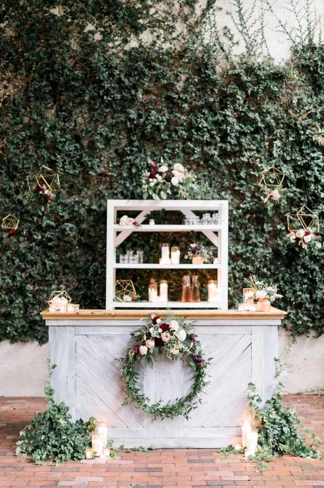 Para uma decoração de natal ao ar livre, o ideal é apostar em arranjos com flores.