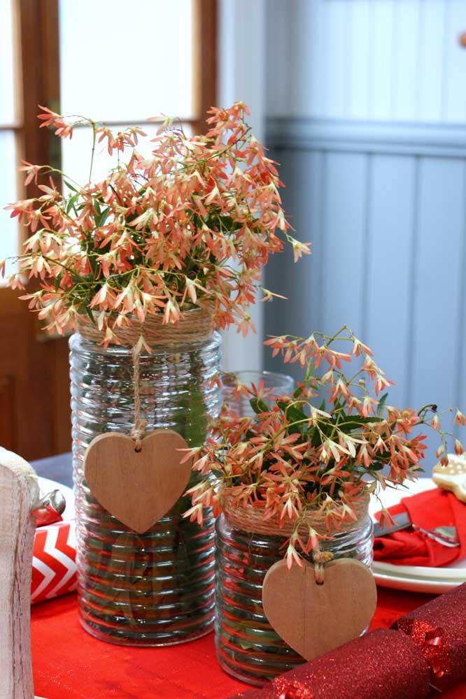Potes de plástico simples podem servir de vaso de flores.