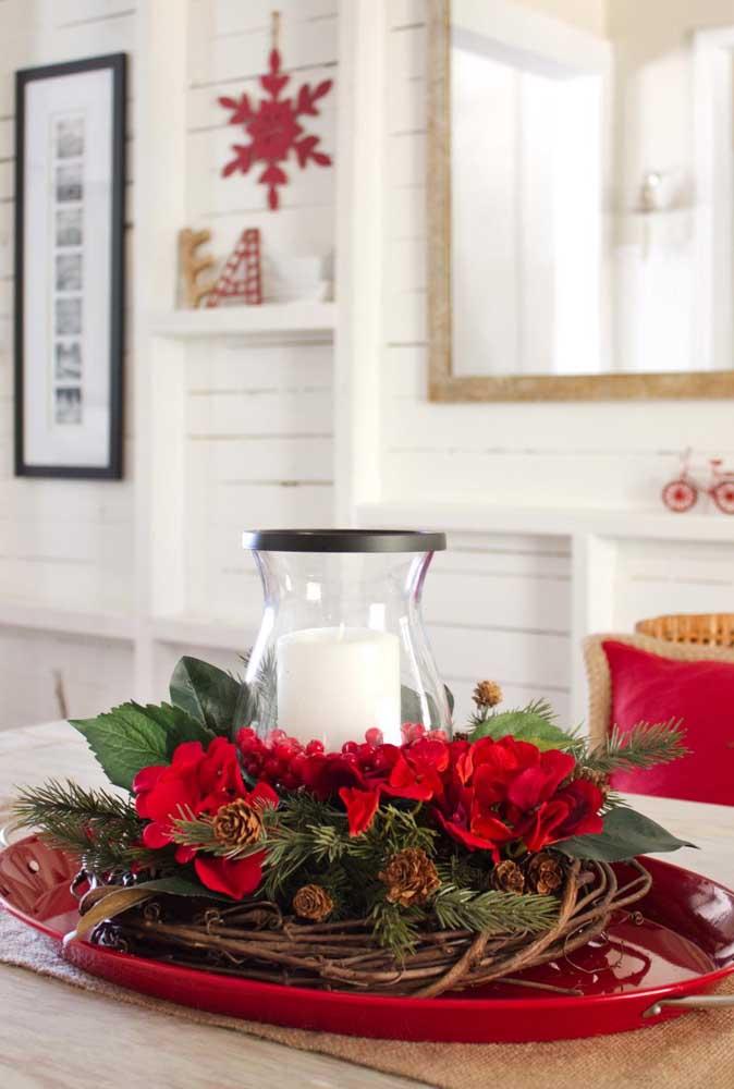 Prepare alguns arranjos de natal com galhos secos e flores.