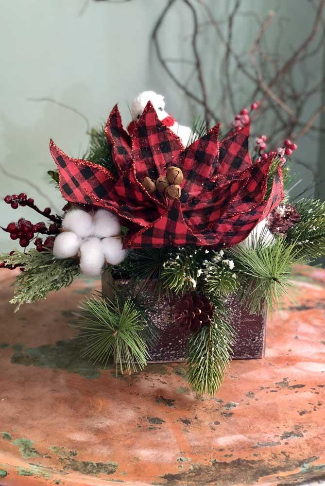 Ou você pode usar um vaso para fazer arranjos de natal com flores artificiais.