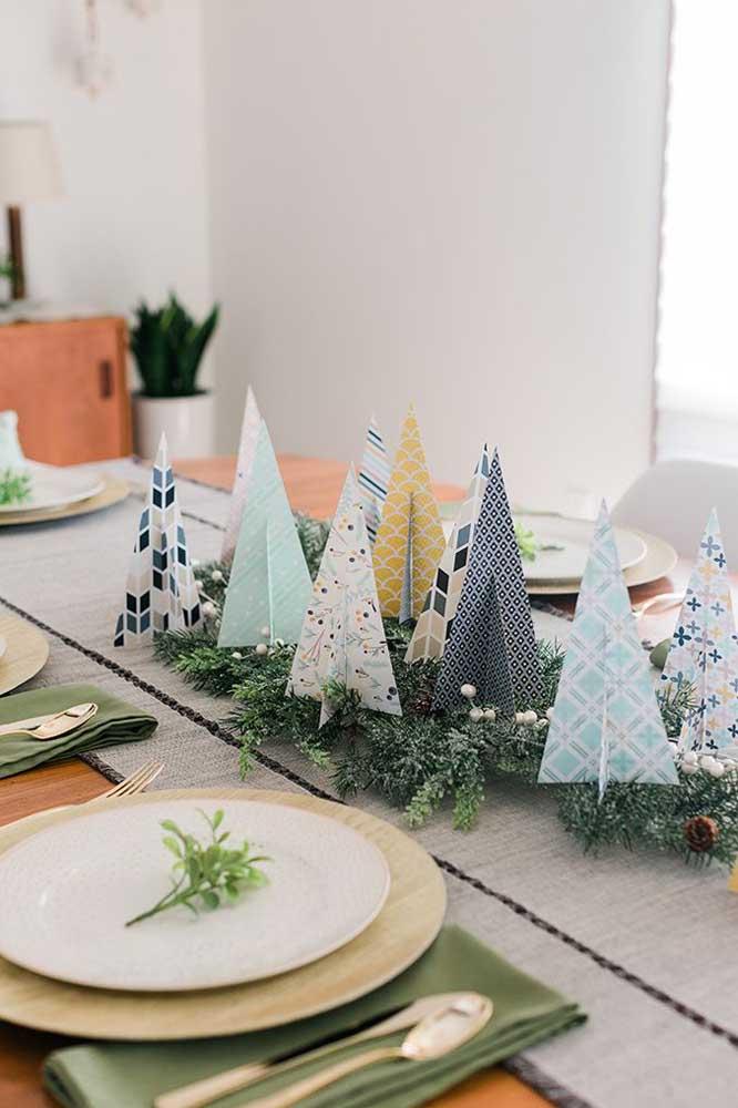 Que tal usar papel colorido para fazer arranjos de natal para centro de mesa?