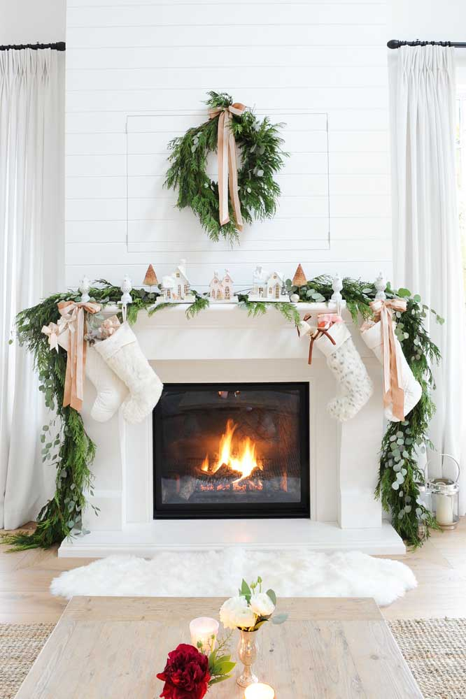 Não esqueça de decorar com arranjos de natal a lareira da casa.