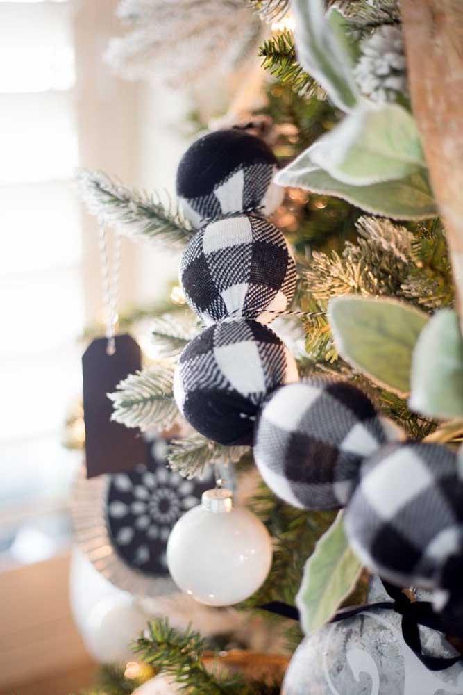 As bolas de natal não podem faltar na árvore.