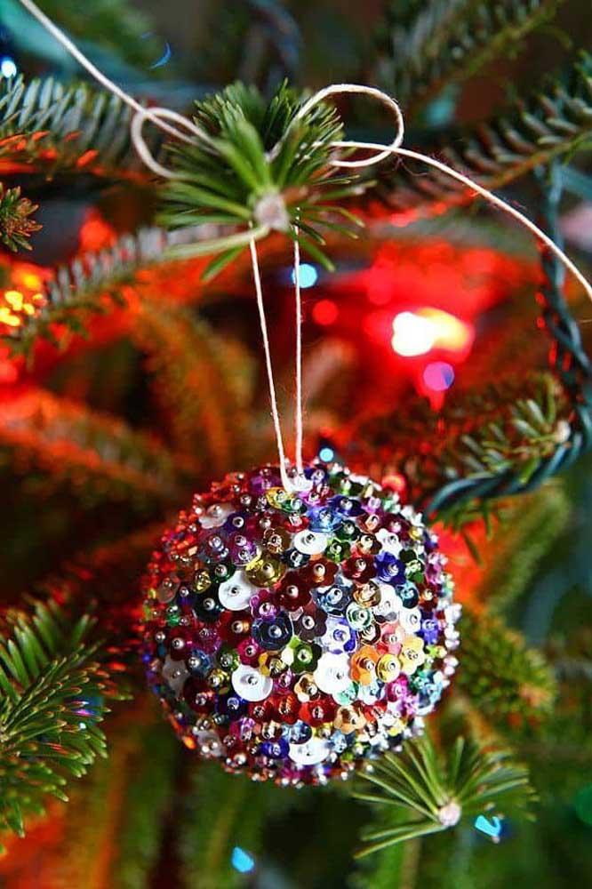 Está sem ideia de como fazer bolas de natal? Se inspire com esse modelo.