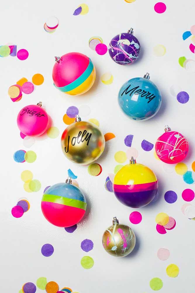 É possível fazer bolas de natal personalizadas conforme o tema da festa.