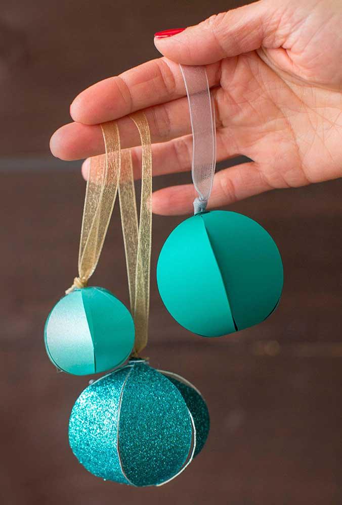 Mas se você prefere uma opção mais barata, pode fazer bolas de natal de papel.