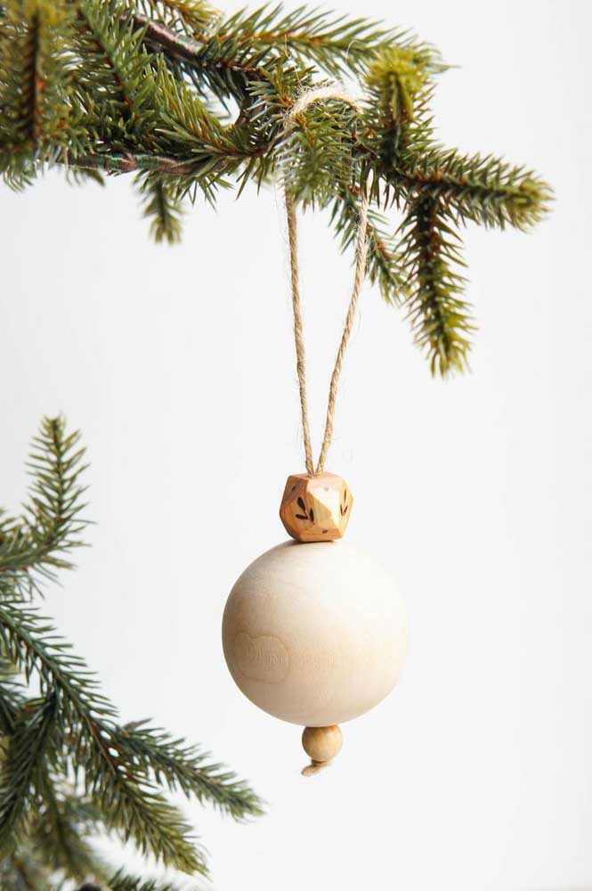 Perceba a delicadeza dessa bola de natal artesanal.