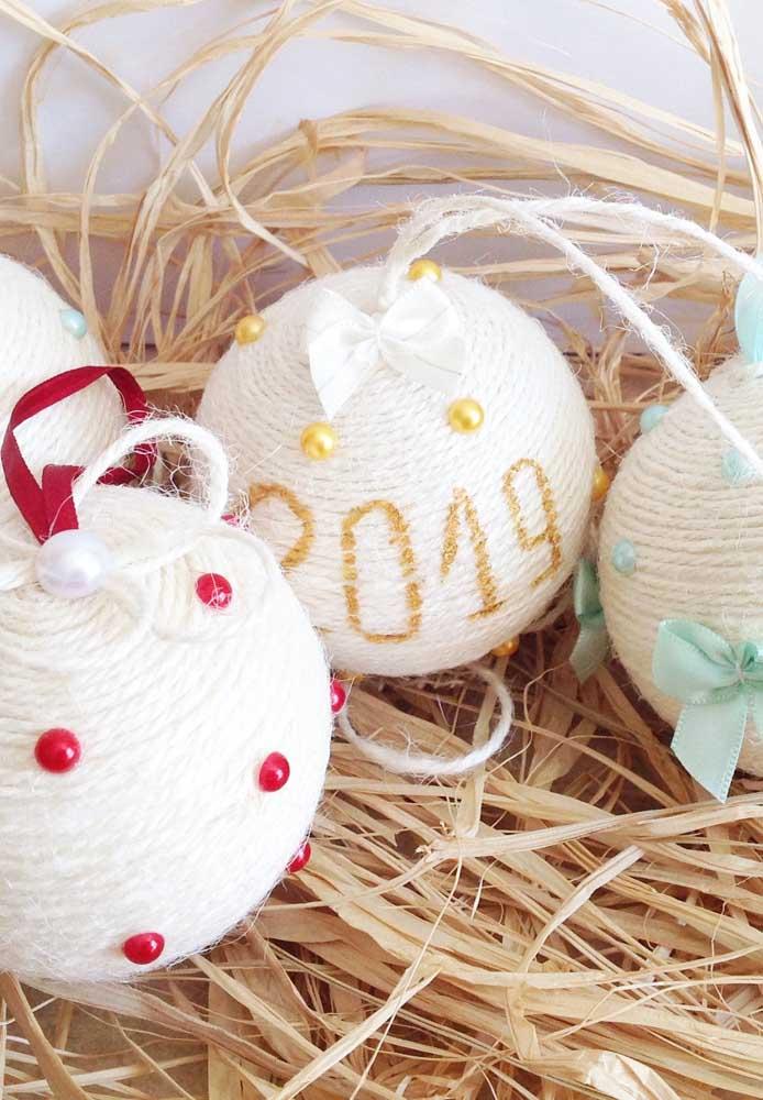 Sabia que é possível fazer bolas de natal personalizada com barbante?