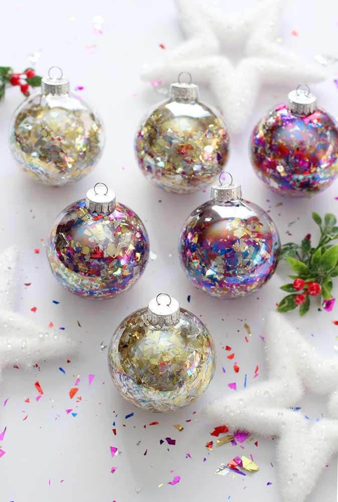 Que tal apostar nas bolas transparentes e encher de papéis coloridos?