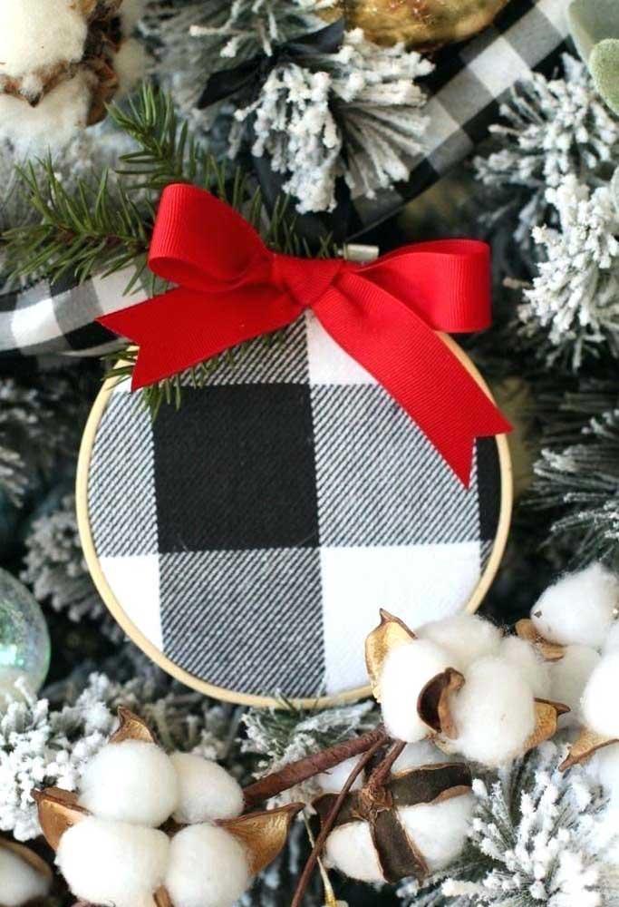 Escolha bolas de natal que combinem com a decoração de natal da sua casa.