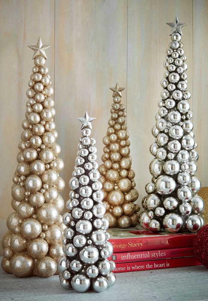 O que acha de fazer várias mini árvores com bolas de natal douradas e prateadas?