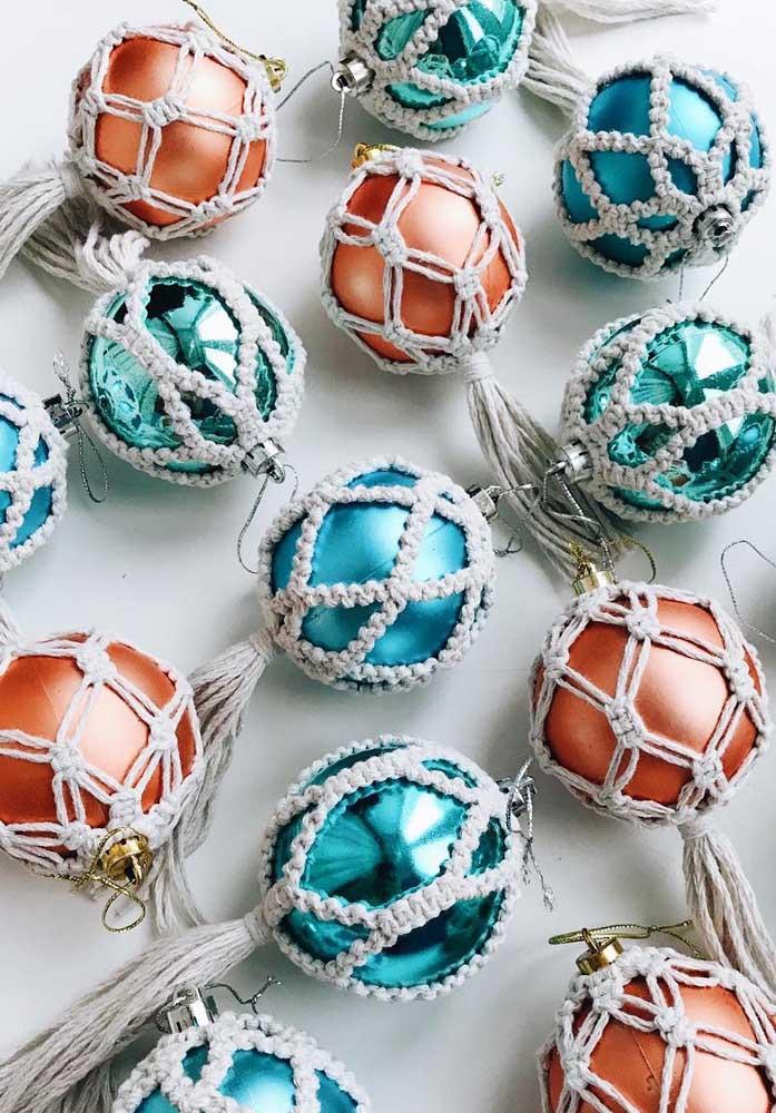 Para proteger as bolas de natal você pode fazer peças artesanais como essas.