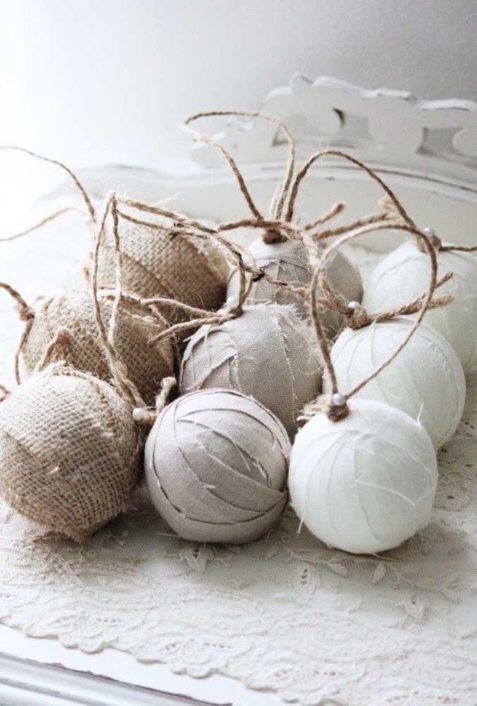 Bolas de natal artesanal feitas de diferentes tipos de materiais.