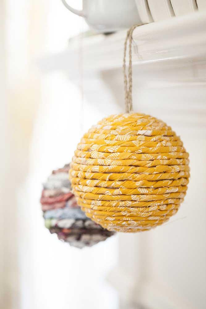 Você pode pendurar as bolas de natal em vários cantinhos da casa