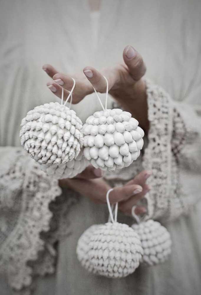 Veja que bola de natal diferente e estilosa para decorar a sua casa.