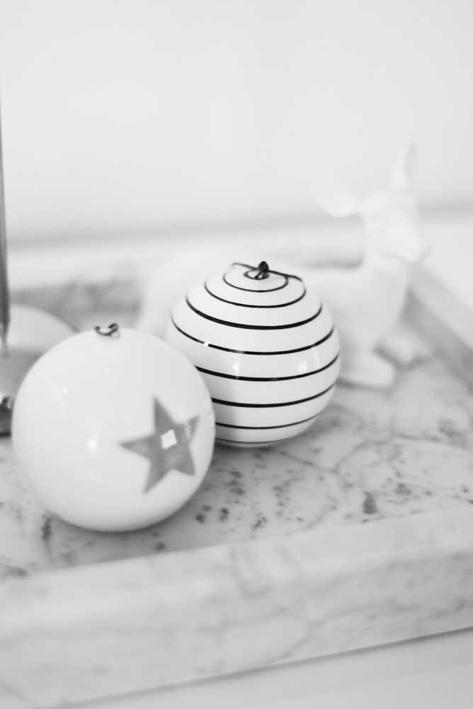 As bolas de natal com duas cores deixam qualquer decoração mais elegante.