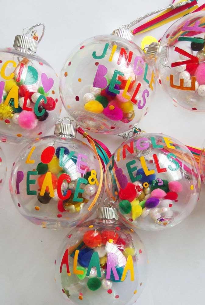 Quer fazer algo mais colorido e divertido? Coloque várias pecinhas coloridas nas bolas transparentes.