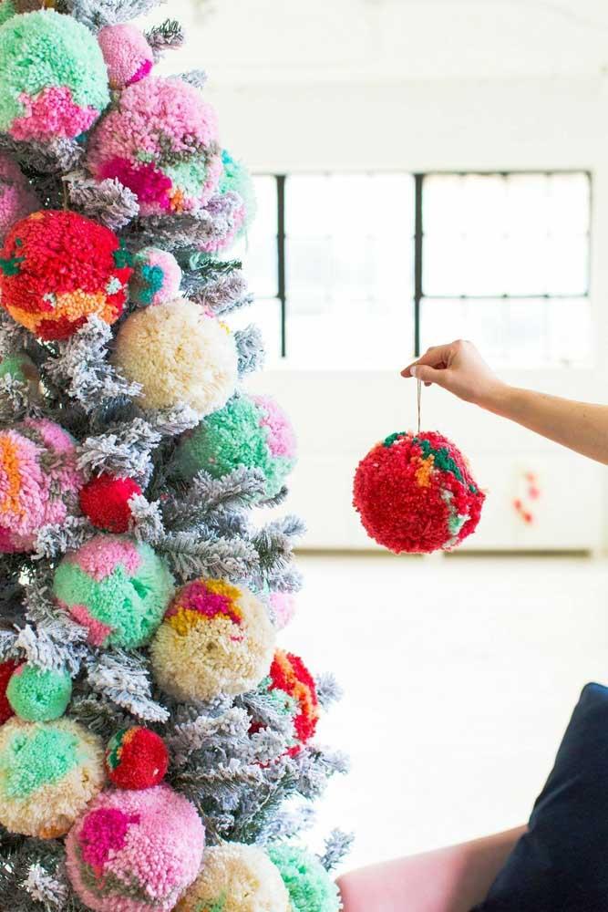 Decore a sua árvore de natal com bolas diferenciadas.