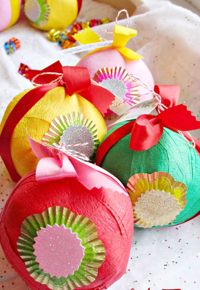 Até bolas de natal feitas com papel crepom é possível fazer para decorar sua árvore.