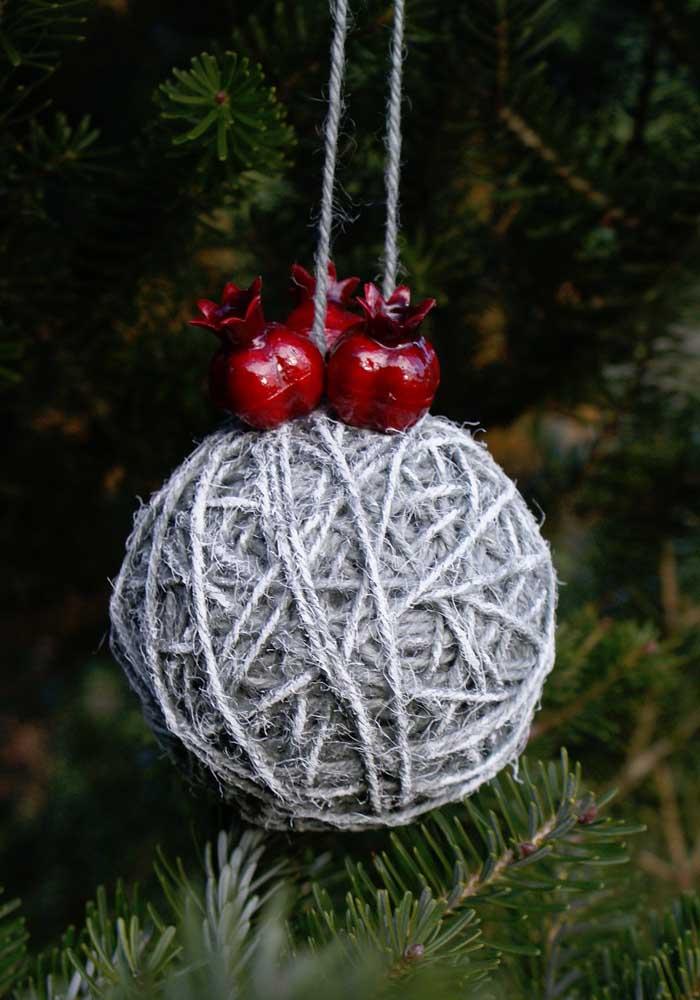 Aprenda a fazer bolas de natal com materiais simples e econômicos.