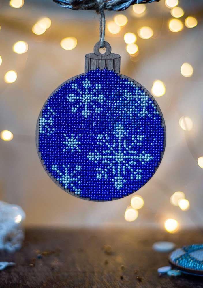 Que tal usar miçangas para fazer as bolas de natal azul?