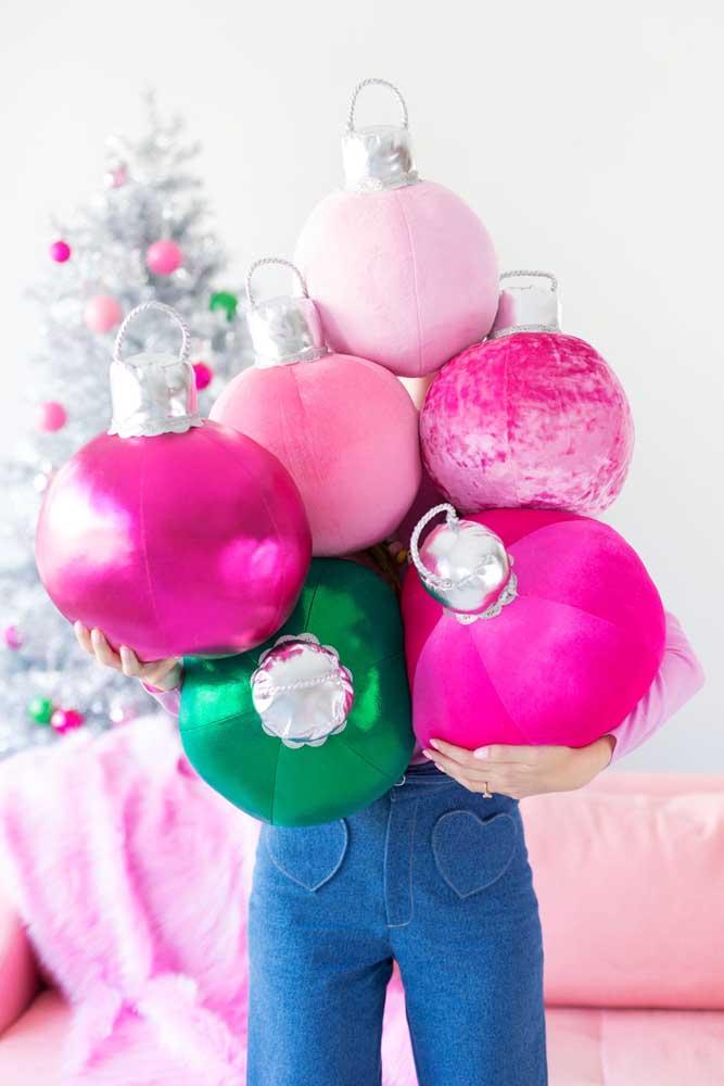 As bolas de natal grandes são tendências na decoração de casa.