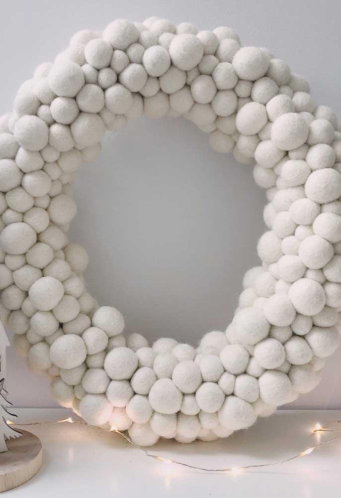 Olha essa bela guirlanda preparada com bolas de natal brancas.