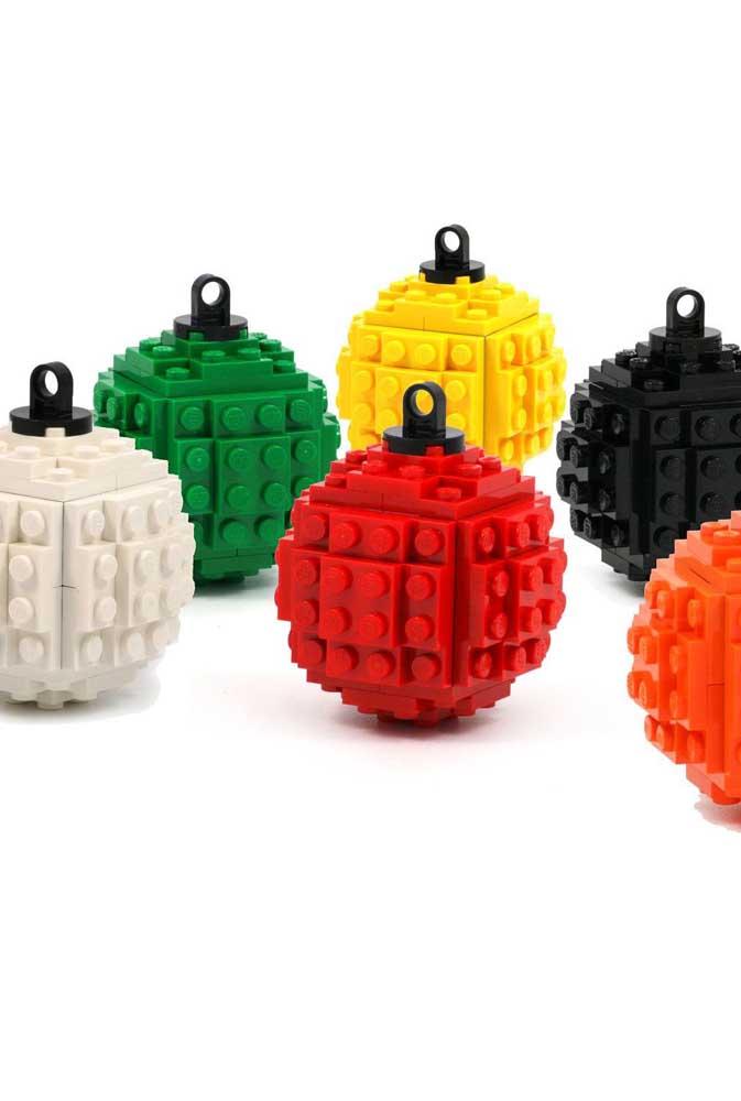 Coloque as crianças para fazerem bolas de natal de lego.